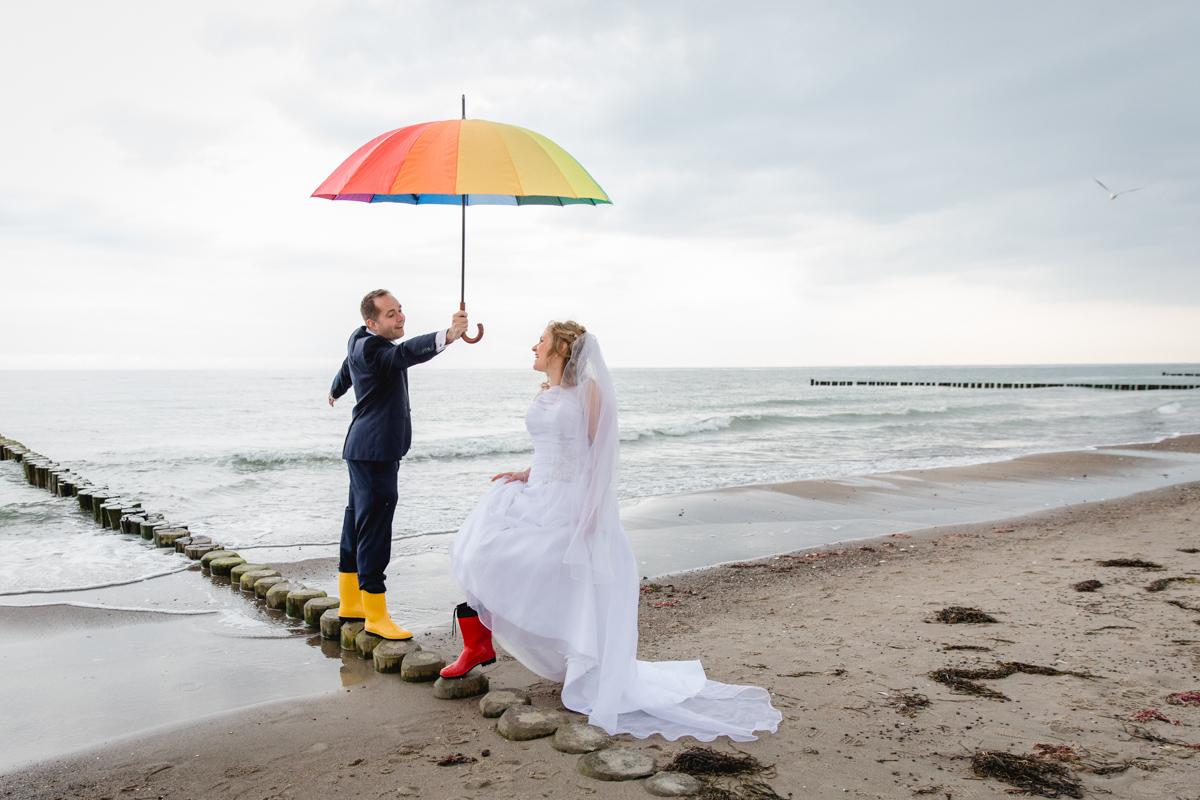 Hochzeitsfotos wenn es regnet am Strand.