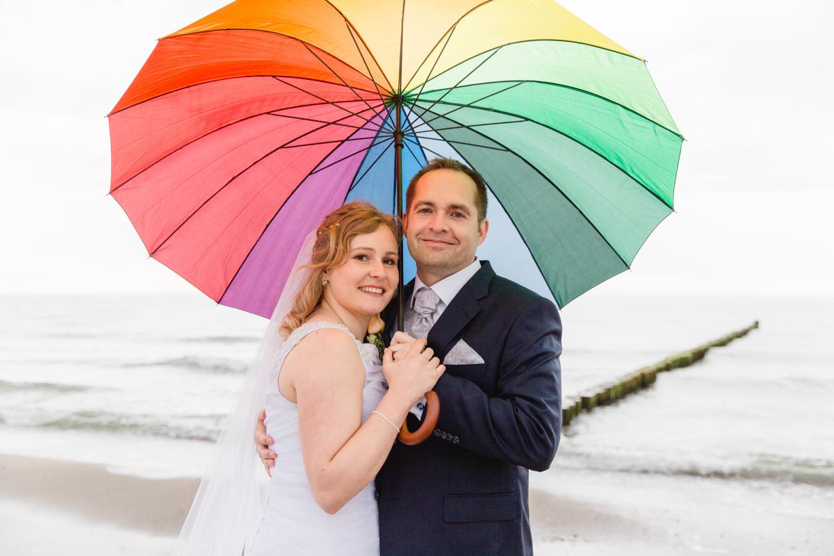 Hochzeitsfotos mit Regenschirm.