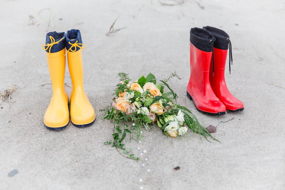 Gummistiefel für Hochzeitsfotos bei Regenwetter.