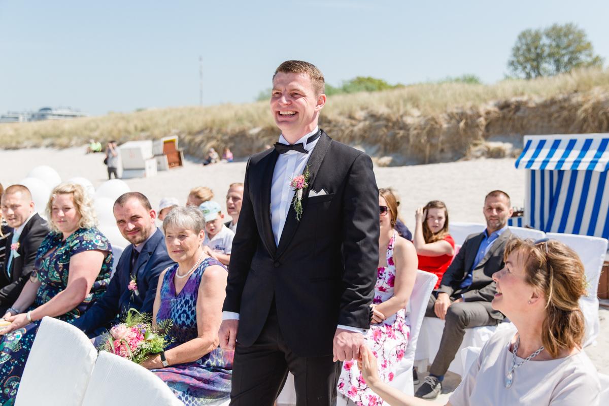 Hochzeitsfoto mit dem Gästen.