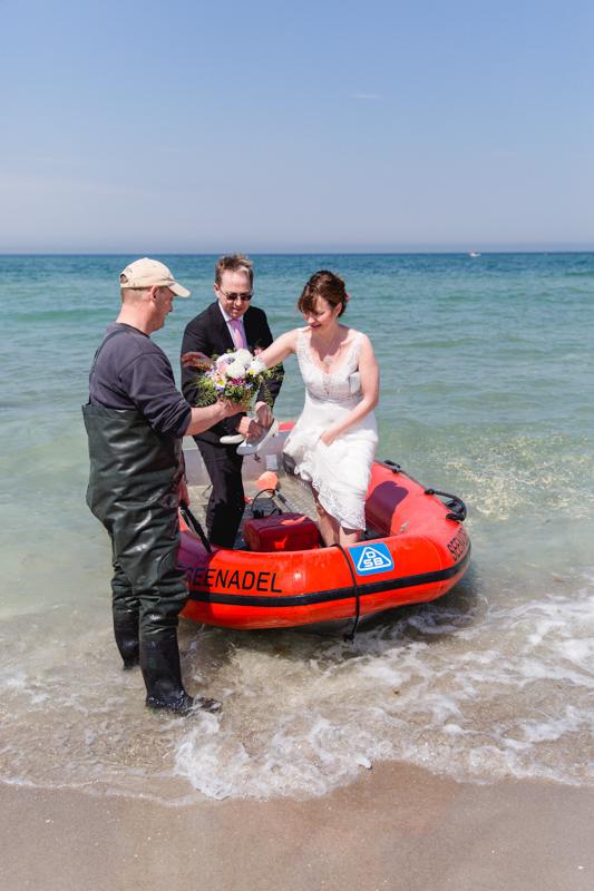 Braut wird mit dem Bott zur Trauung gefahren.
