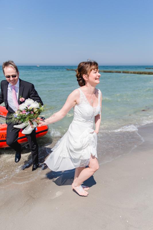 Braut kommt mit Boot zur Trauung.