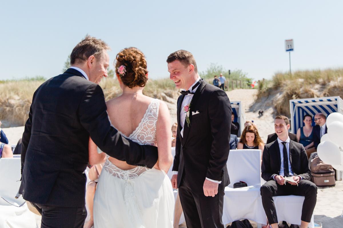 Brautübergabe am Strand.