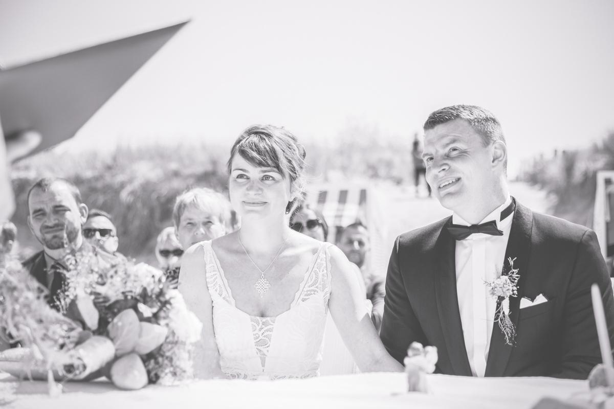 Brautpaar hört der Standesbeamtin zu.