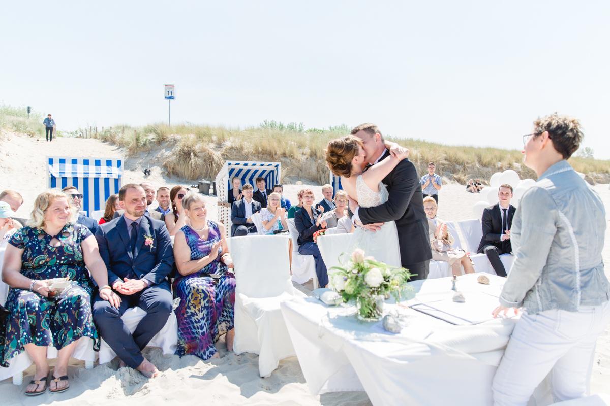 Hochzeitskuss bei der Strandhochzeit in Ahrenshoop.
