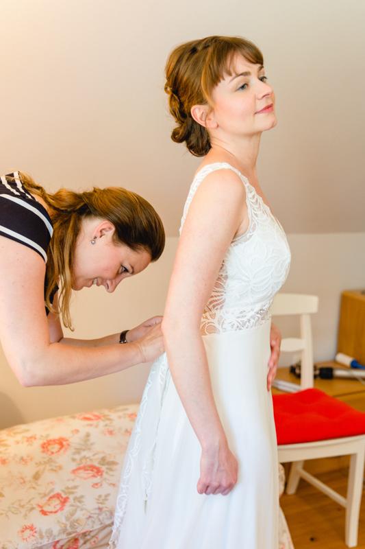 Beim Anziehen des Brautkleides.