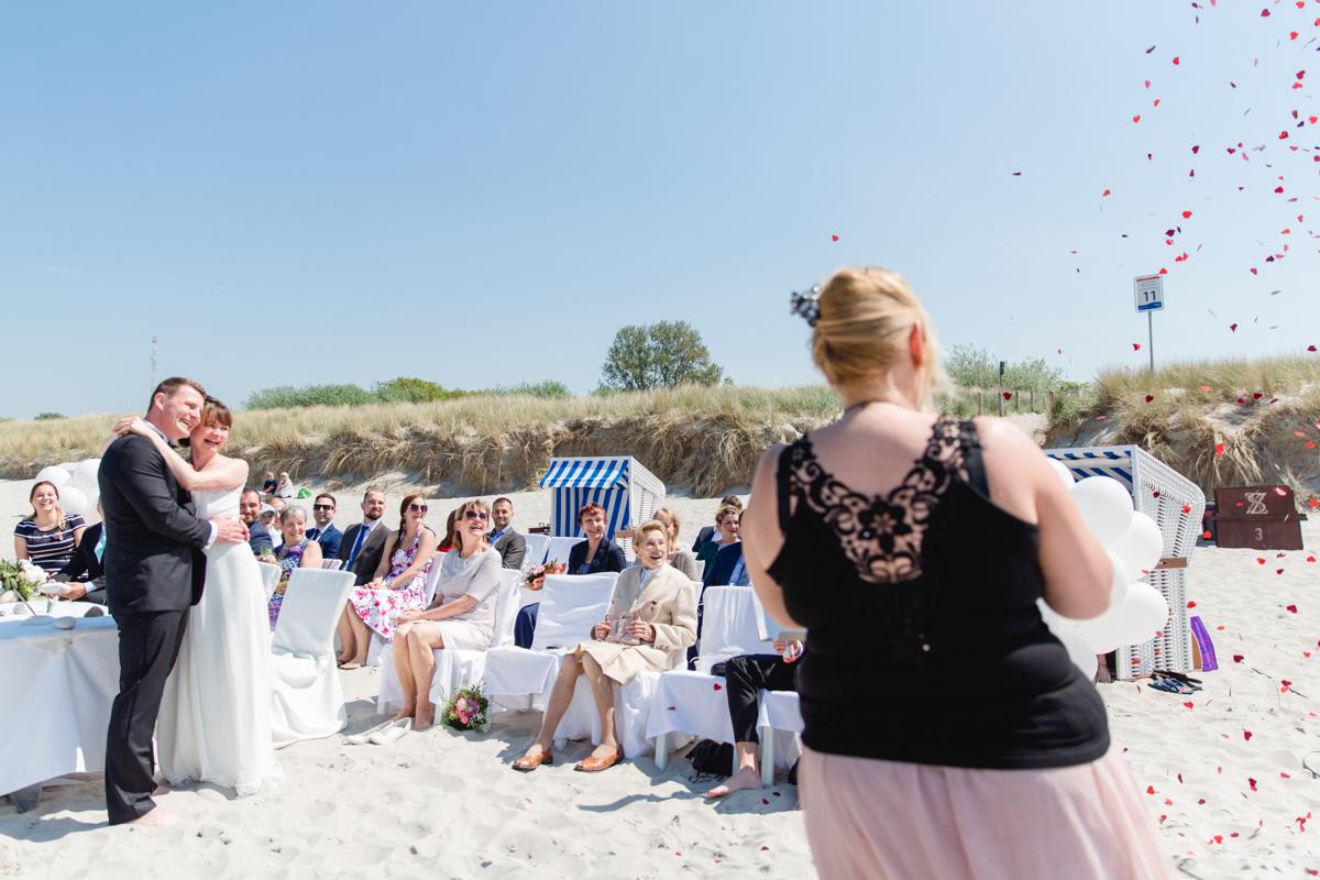 Strandhochzeit in Ahrenshoop mit Hochzeitssängerin.