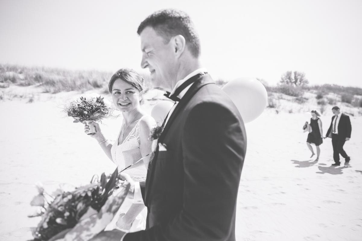 Brautpaar bei einer Strandhochzeit.