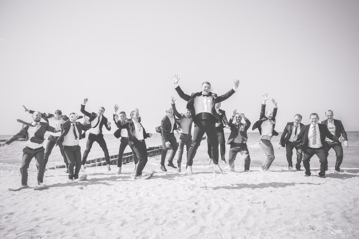 Männergruppenfotos am Strand.