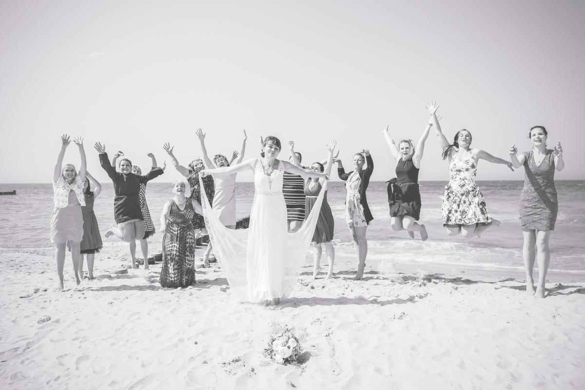 Mädelsgruppenfoto am Strand.