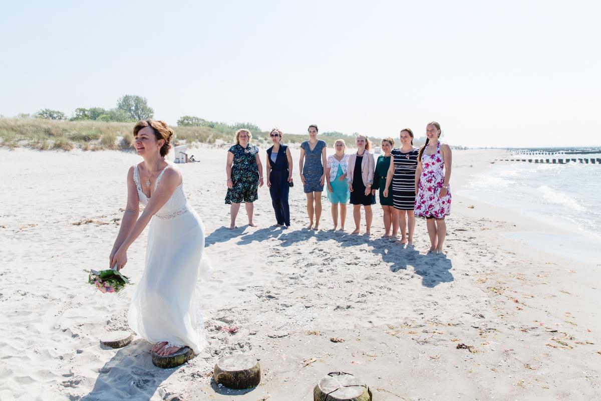 Mädels beim Brautstraußwurf.