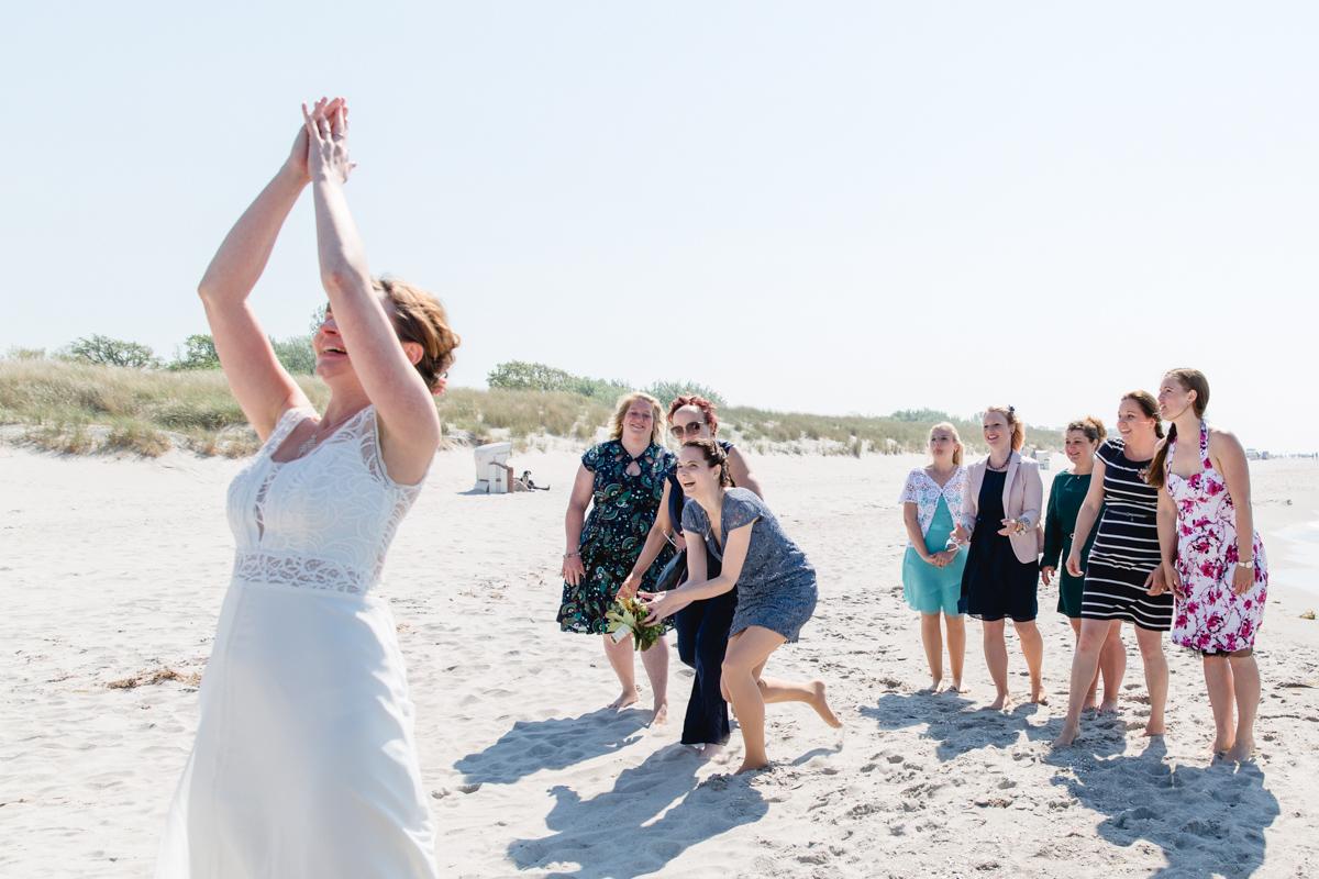Brautstrauß am Strand werfen.