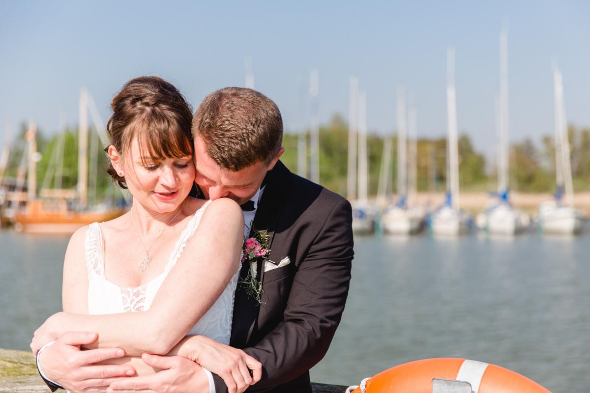 Emotionales Hochzeitsfoto aufgenommen in Ahrenshoop.