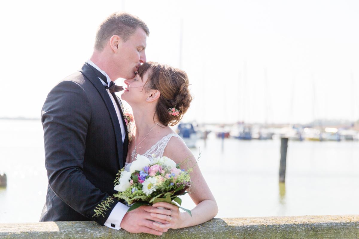 Küssendes Paar beim Fotoshooting.