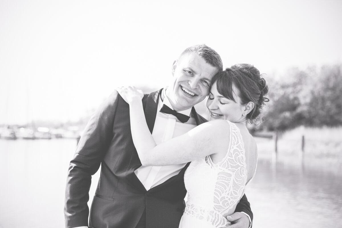 Glückliches Brautpaar in schwarz weiß.