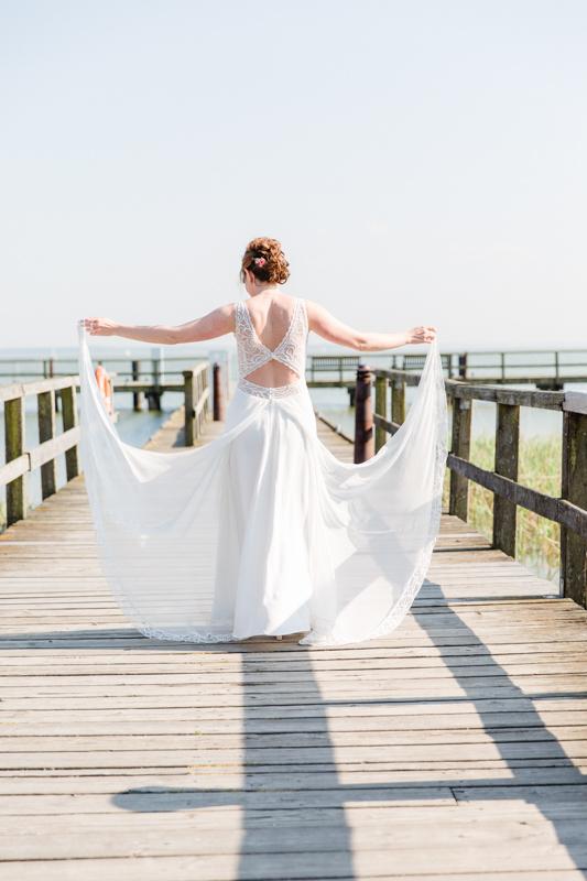 Traumhaftes Brautkleid auf einer Brücke.