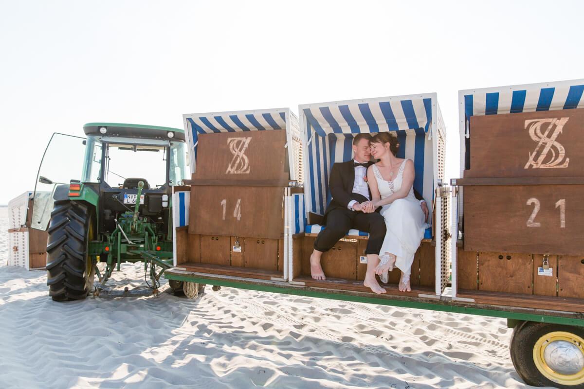 Brautpaar in einem Strandkorb.