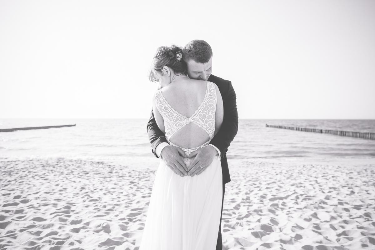 Brautpaar kuschelnd am Strand von Ahrenshoop.