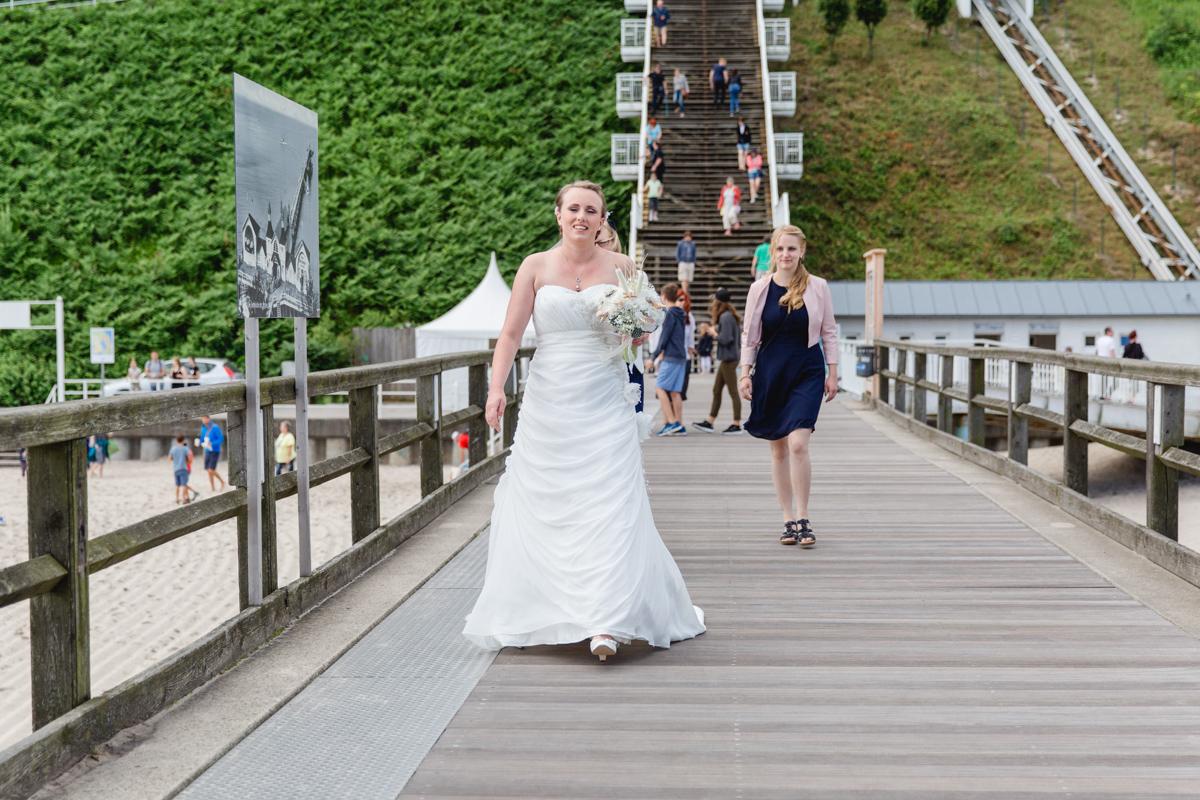 Braut kommt zum Standesamt Sellin.