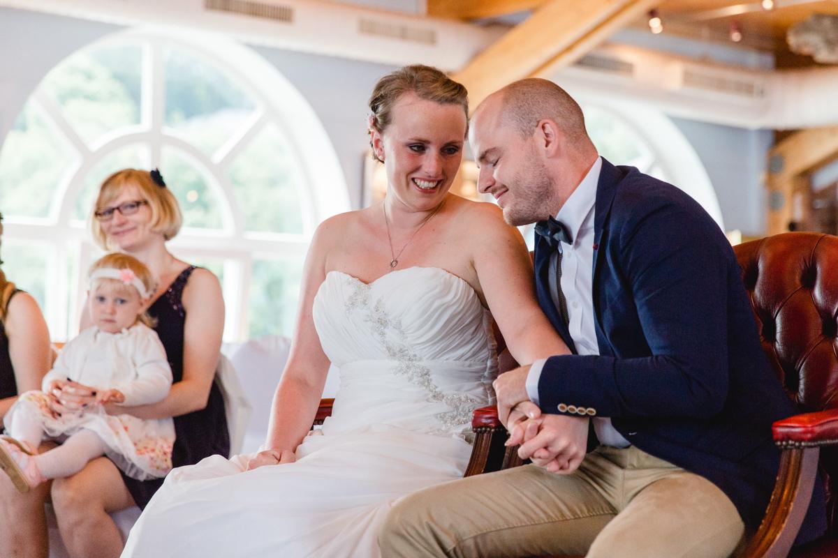 Verliebtes Brautpaar bei der Trauung in Sellin.