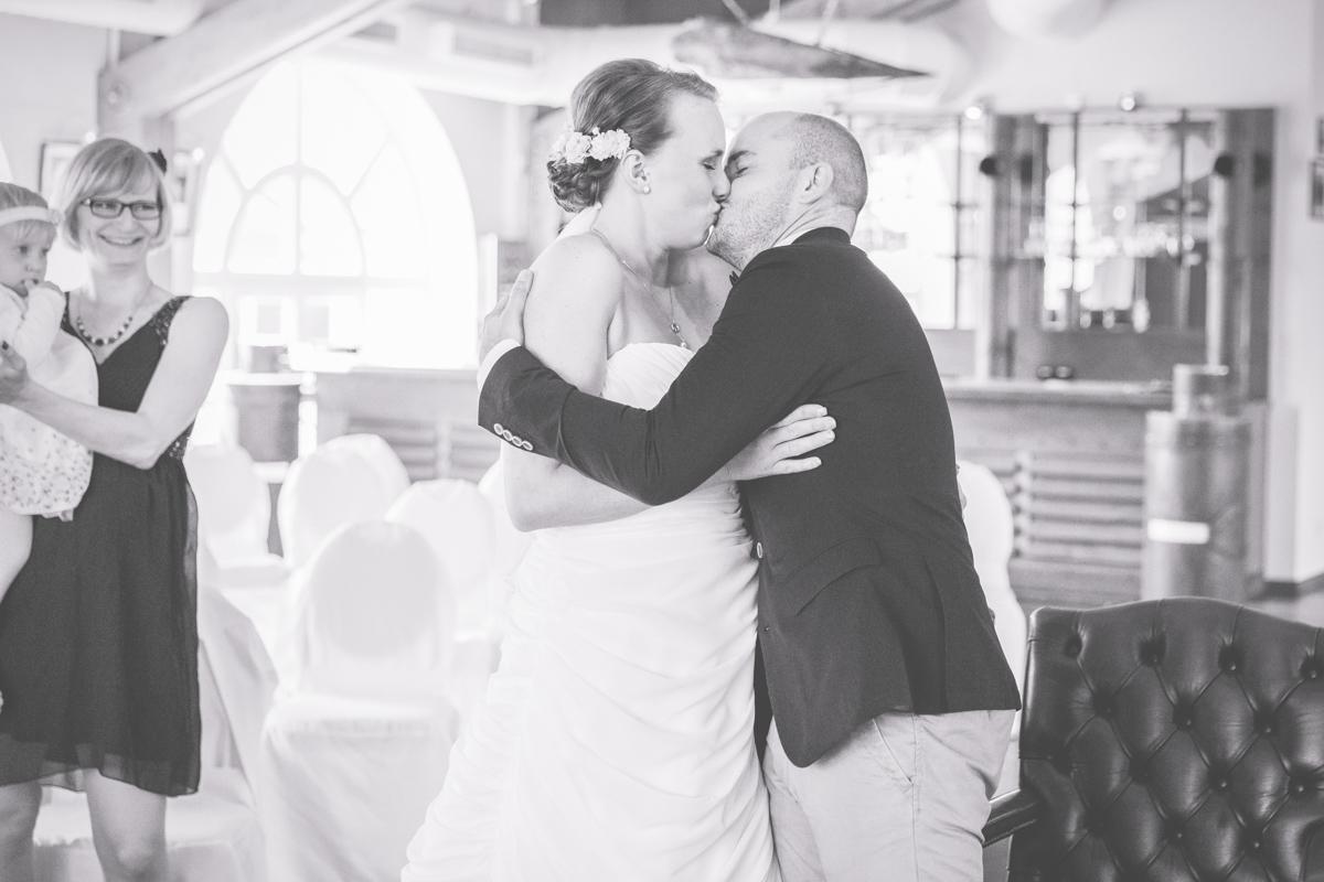 Brautpaar küsst sich in auf der Seebrücke Sellin.