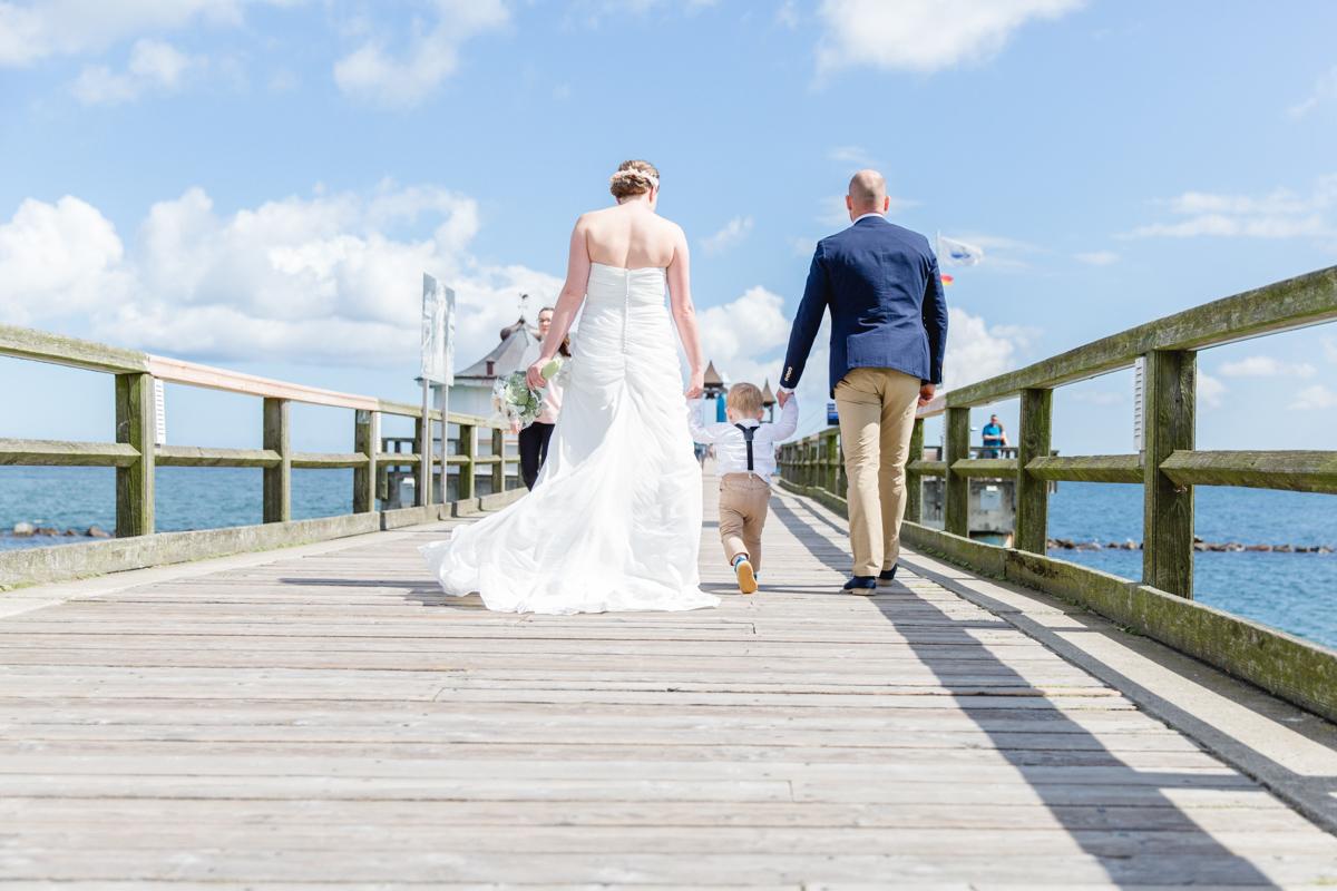Brautpaar mit Kind auf der Seebrücke Sellin.