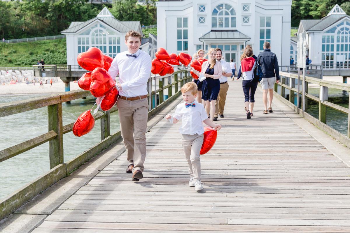 Hochzeitsgäste auf der Seebrücke Sellin.