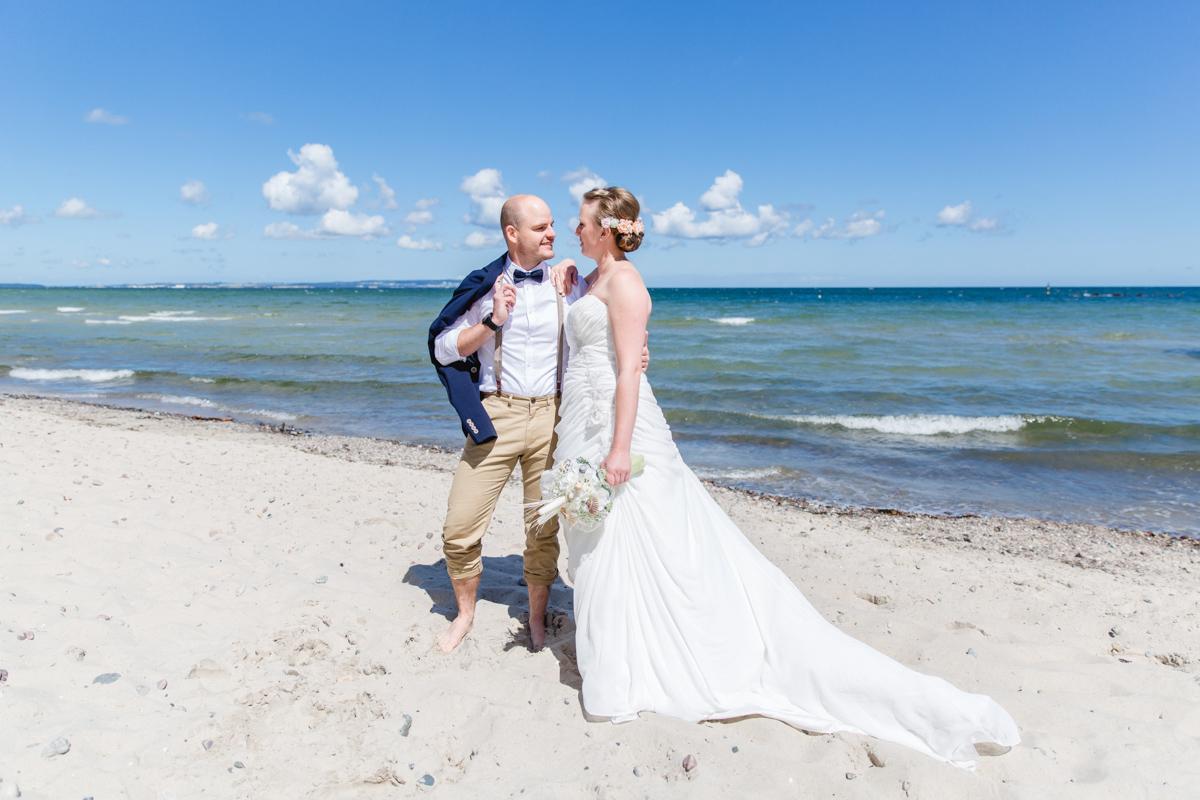 Brautpaar am Ostseestrand.