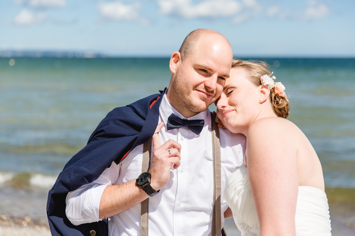 Schmusendes Brautpaar am Meer.