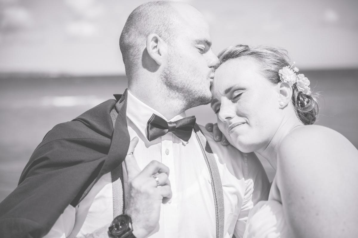 Schwarz weißes Hochzeitsfoto am Meer.