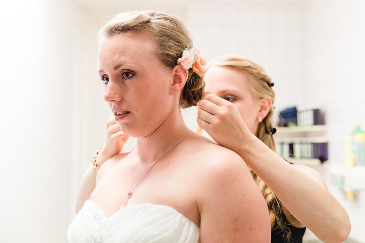 Braut beim Anziehen.