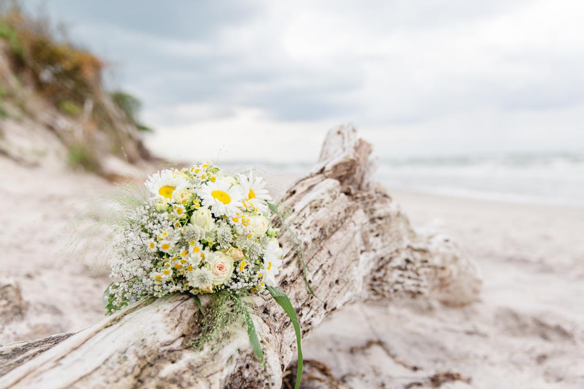 Brautstrauß am Strand.