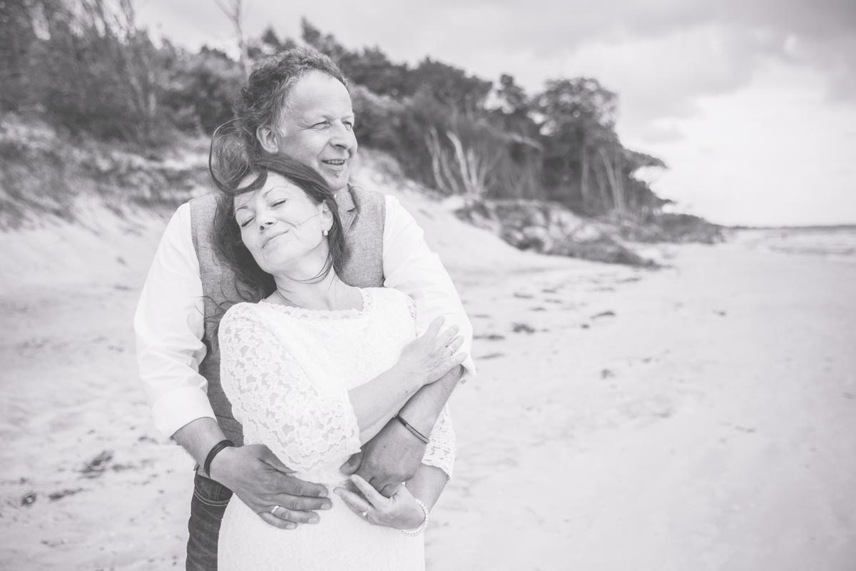 Kuscheliges Brautpaarfoto in schwarz weiß