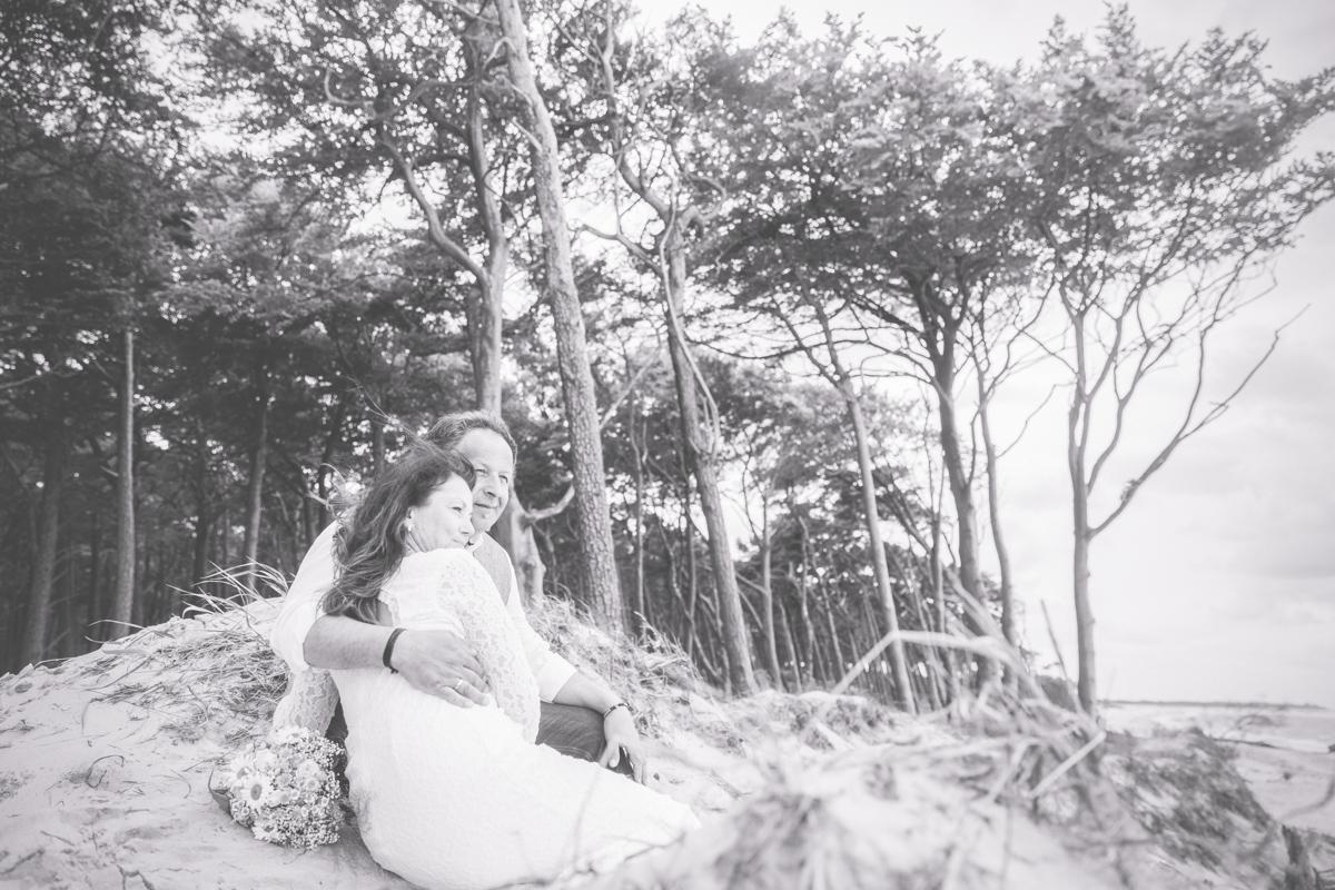 Kuschelndes Brautpaar beim Fotoshooting.