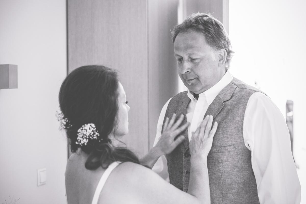 Braut zieht Bräutigam an.