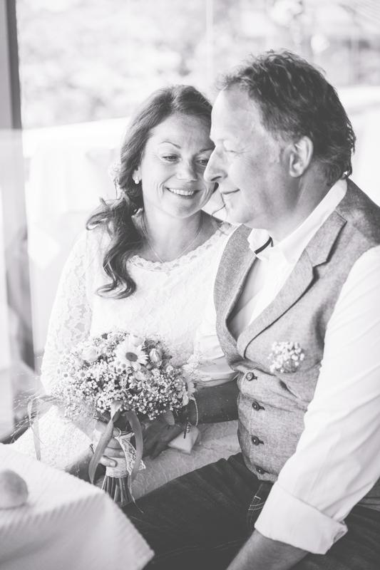 Verliebte Braut während der Trauung.