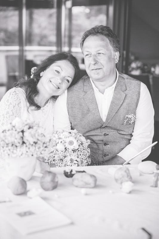 Kuscheliges Brautpaarfoto.