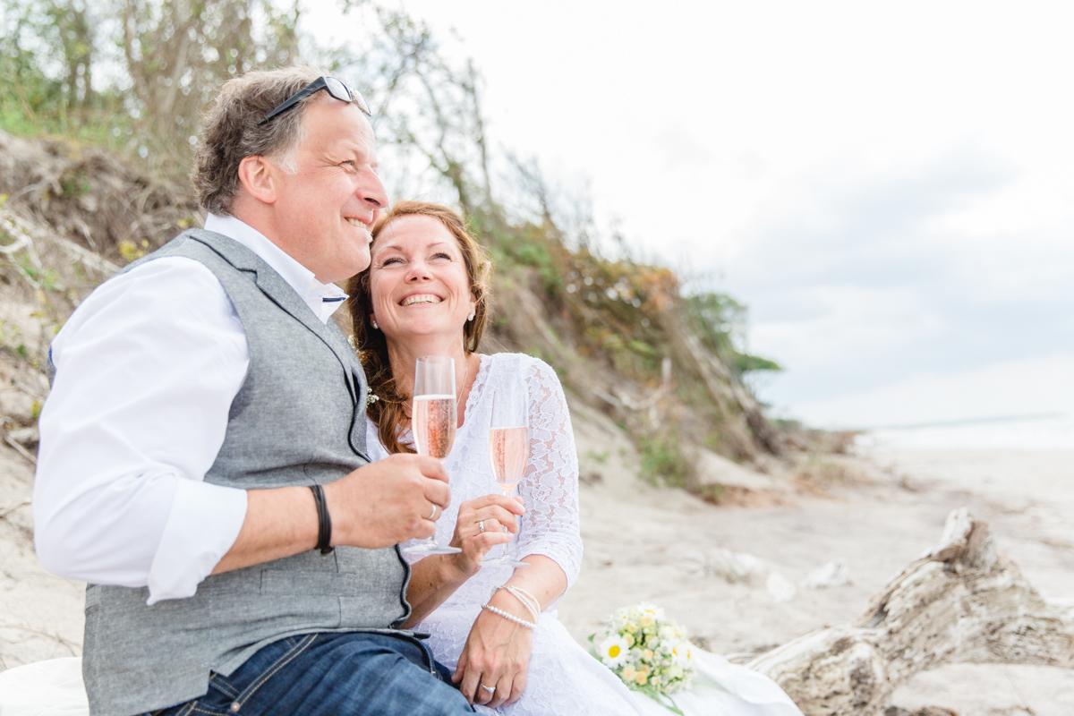 Glückliches Brautpaar am Strand.