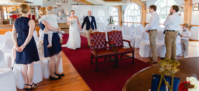 Hochzeitsfotografin fotografiert das Brautpaar beim Einzug.