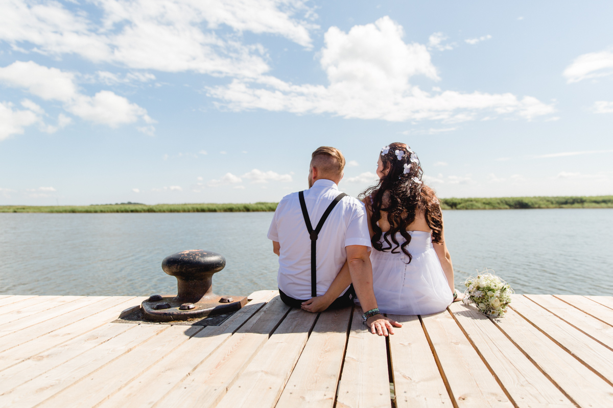 Brautpaar auf einem Steg in Zingst.