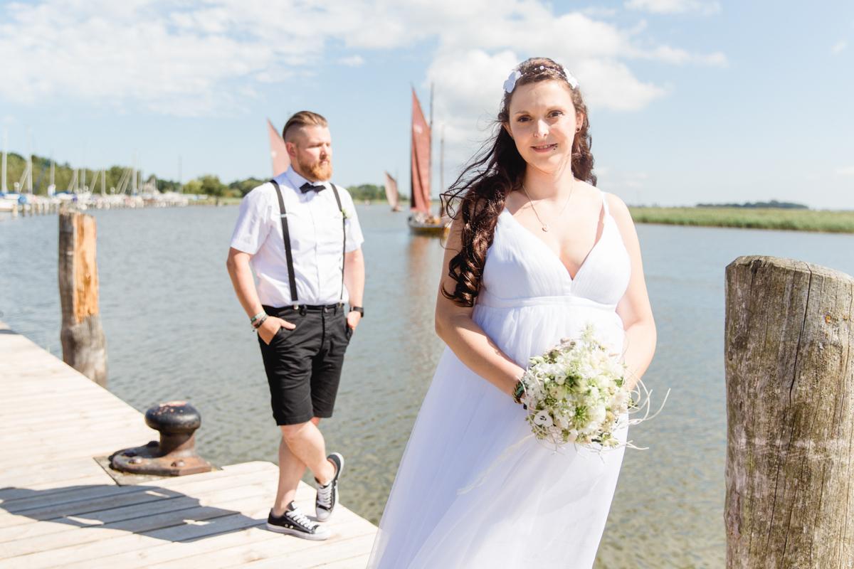 Brautpaarfotos aufgenommen am Hafen in Zingst.