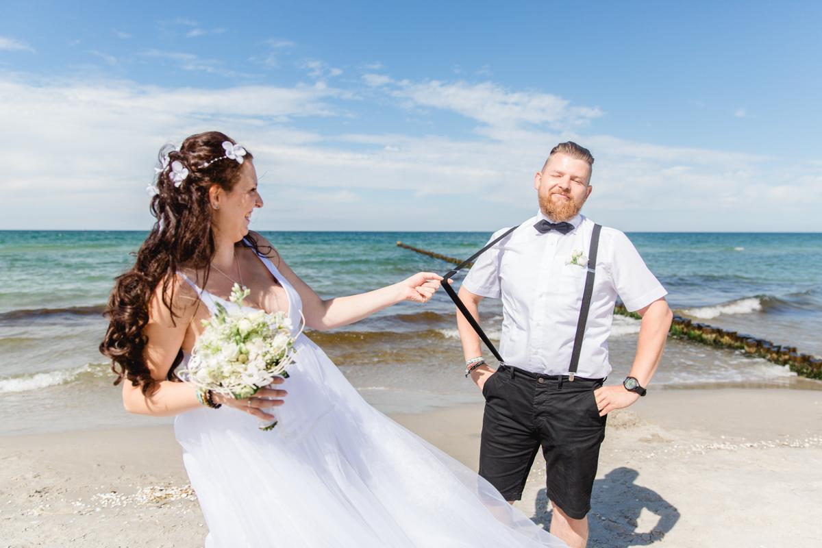Braut und Bräutgiam am Strand.