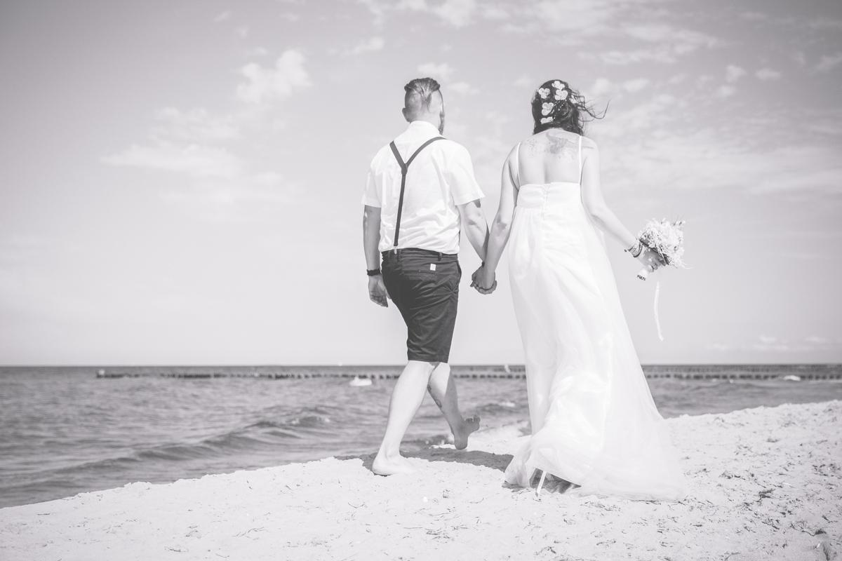 Hochzeitsfotos aufnehmen am Strand.