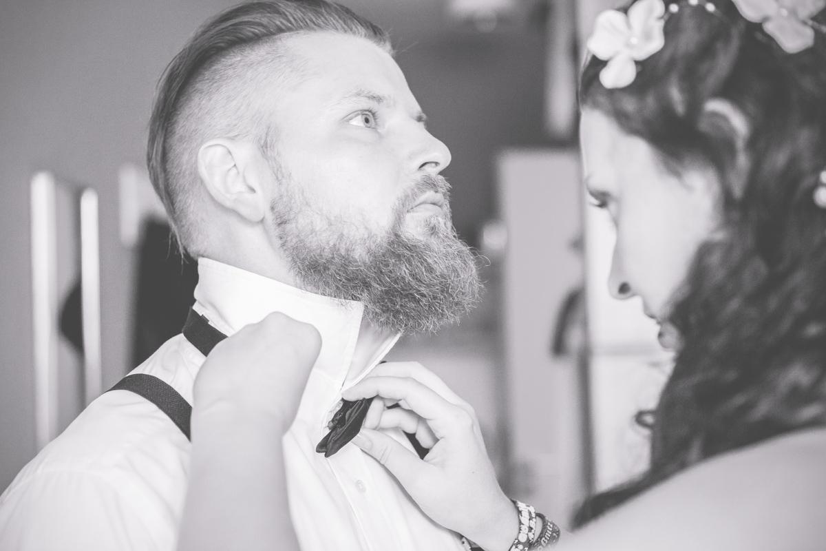 Braut und Bräutgiam machen sich gemeinsam fertig.