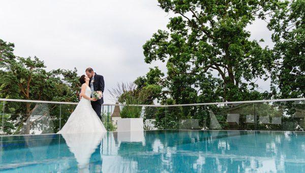 Hochzeit in Sellin mit Brautpaarshooting am Rooftop-Pool