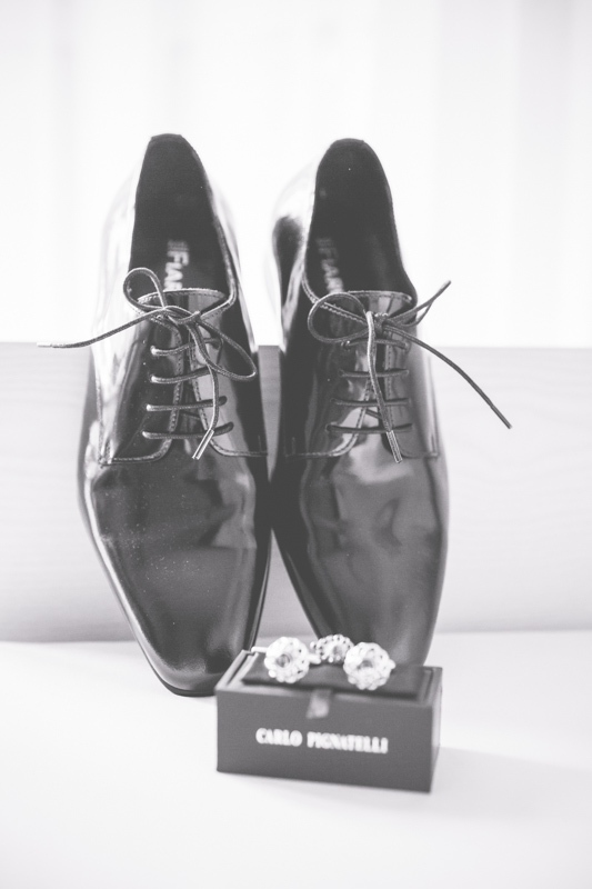 Hochzeitsfoto der Schuhe des Bräutigams.