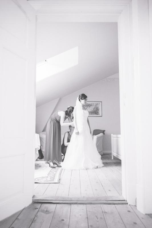 Beim Fertigmachen der Braut.