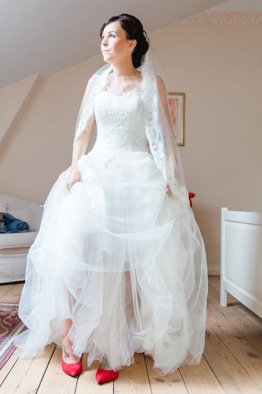 Hochzeitsfoto einer glücklichen Braut in ihrem Brautkleid.