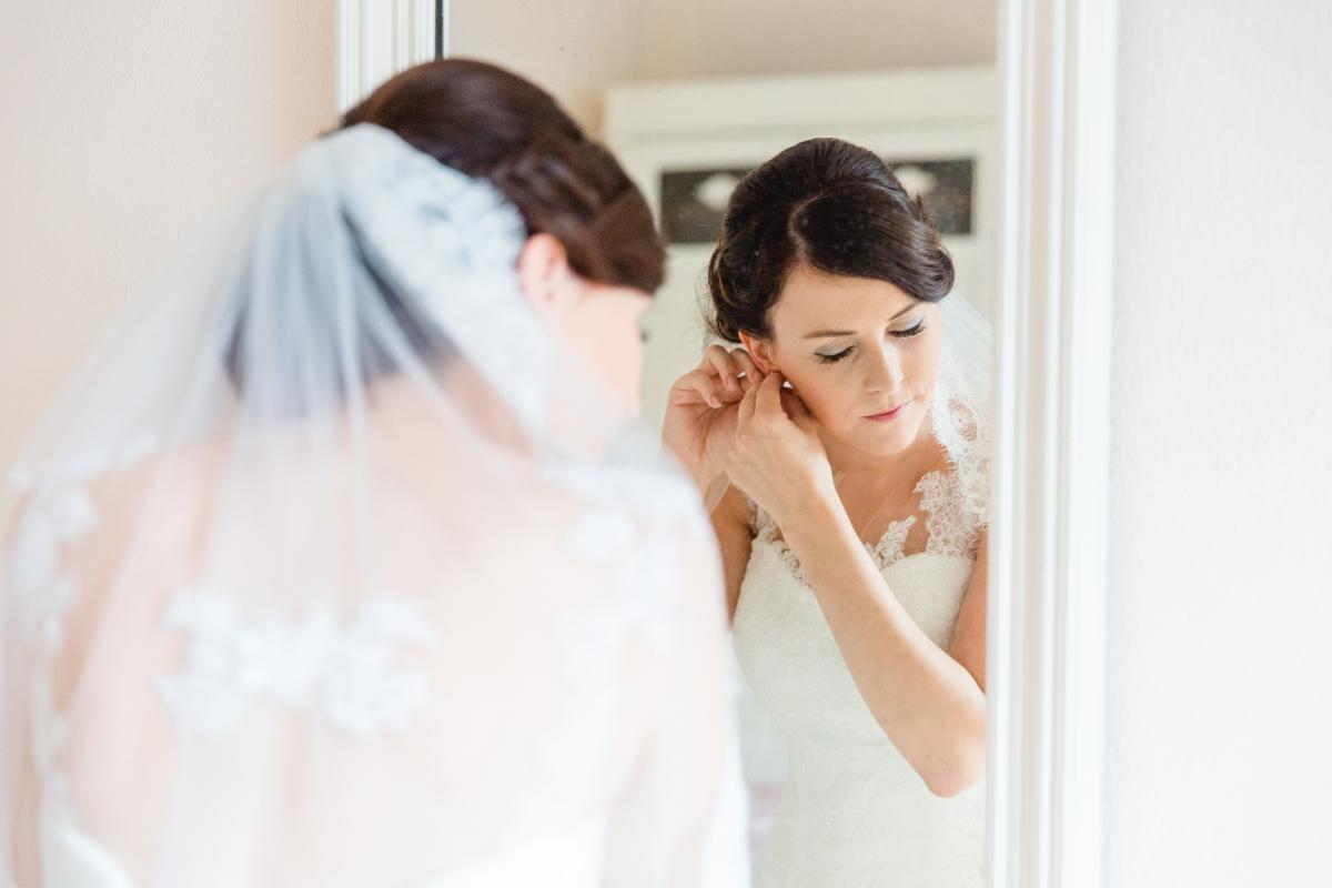 Braut legt sich ihren Brautschmuck an.