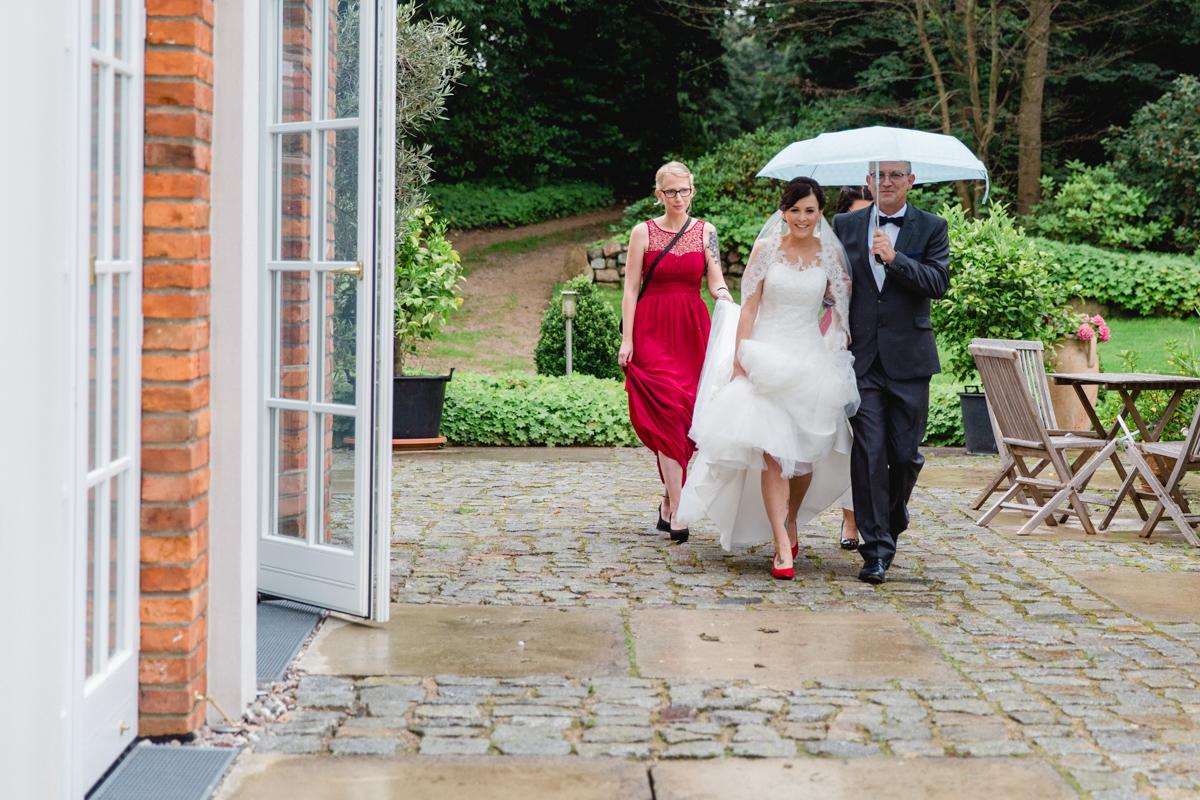 Braut mit Regenschirm.